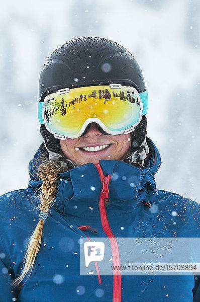 Porträt einer Skifahrerin mit Schutzbrille