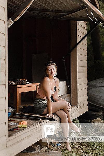 Frau geniesst Moment in Hütte