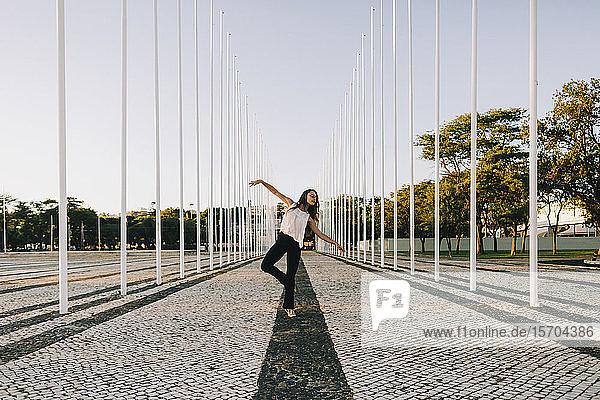 Unbekümmerte junge Tänzerin im Stadtpark