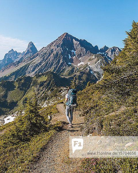 Trekking von Wandererinnen  Winchester Mountain  North Cascades  Washington  USA