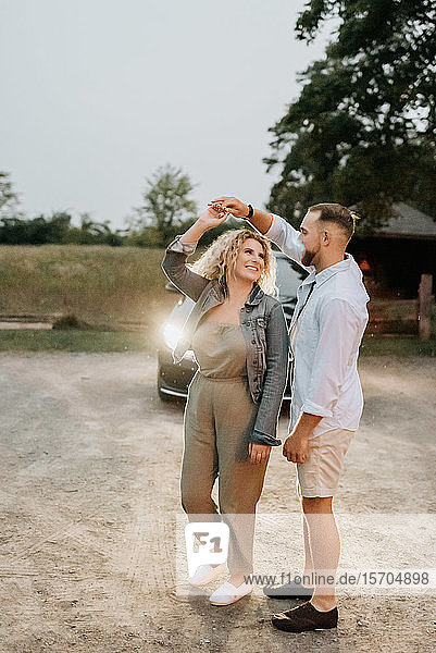 Junges Paar tanzt auf dem Land