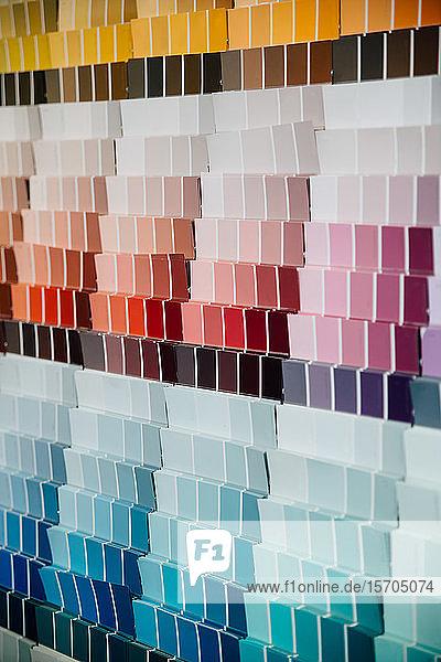 Farbmuster an der Wand im Baumarkt