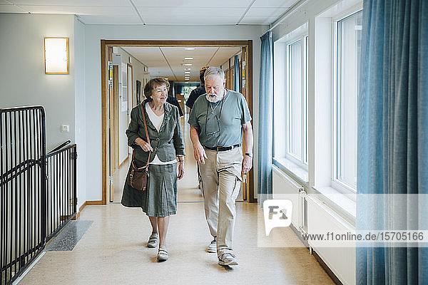 Älteres Ehepaar in voller Länge auf einer Gasse im Altenpflegeheim