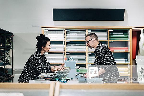 Seitenansicht der Mitarbeiter  die im Geschäft diskutieren