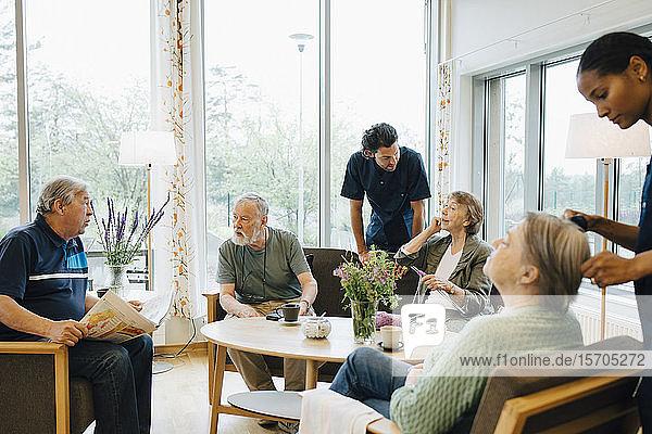 Krankenschwestern und Krankenpfleger  die sich in Pflegeheimen um ältere Rentnerinnen und Rentner kümmern