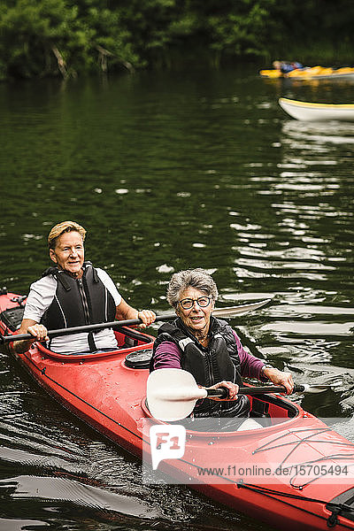 Kajakfahren auf See für ältere Männer und Frauen während des Trainingskurses