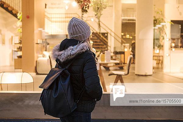 Teenagerin trägt Rucksack  während sie in der Stadt steht