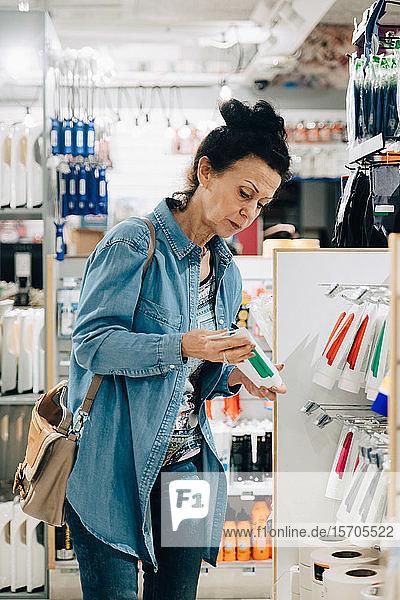 Ältere Frau beim Einkaufen im Baumarkt