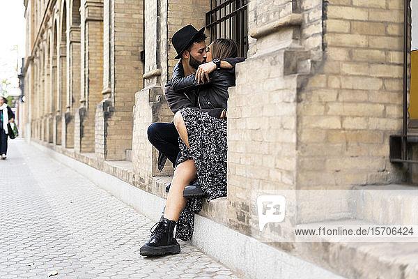 Junges Paar küsst sich im Freien