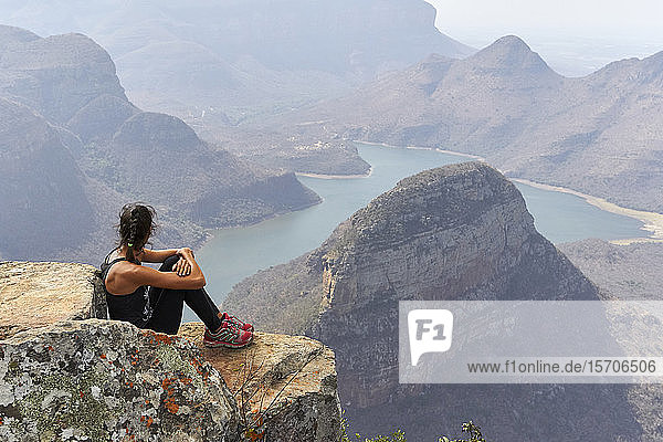 Frau sitzt auf einem Felsen mit schöner Landschaft als Hintergrund  Blyde River Canyon  Südafrika