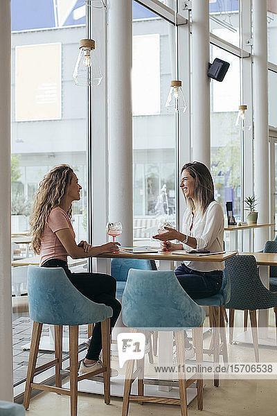 Junge Frauen amüsieren sich in einem Restaurant
