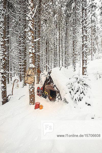 Holzunterstand in einem Winterwald mit Teekannen und Schneeschuhen  Bundesland Salzburg  Österreich