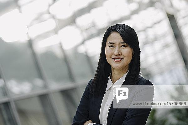 Porträt einer lächelnden Geschäftsfrau in einem modernen Bürogebäude