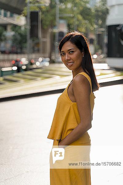 Porträt einer modischen Frau in Gelb gekleidet