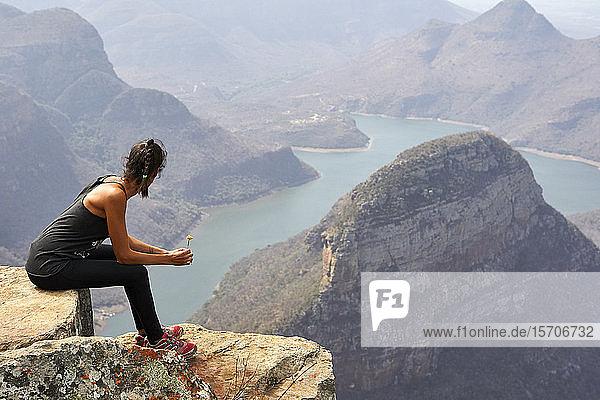 Frau auf der Spitze eines Felsens im Blyde River Canyon  Südafrika