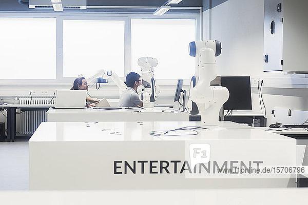 Studenten  die Robotik an einem Universitätsinstitut studieren