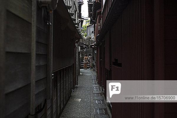 Japan  Präfektur Ishikawa  Kanazawa  Enge Gasse zwischen Gebäuden