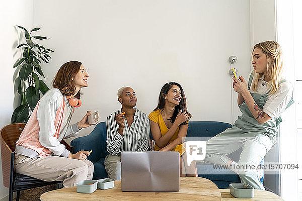 Vier Frauen sitzen auf einer Couch