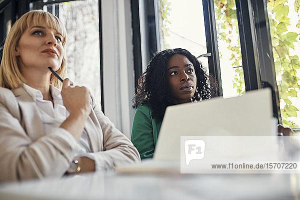 Geschäftsfrauen nehmen an einem Workshop im Konferenzraum teil