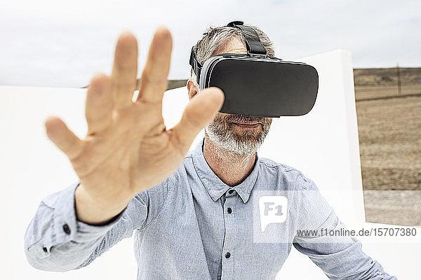 Älterer Mann mit VR-Brille