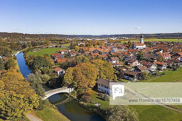 Deutschland  Bayern  Geretsried  Luftaufnahme der Landstadt im Herbst