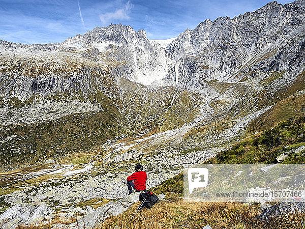 Italien  Provinz Brescia  Adamello-Alpen  Val Salarno  Gletscher  Wanderer mit Blick auf den Gletscher