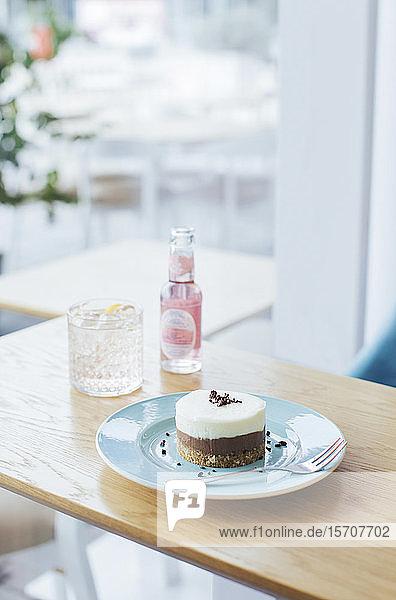 Roher veganer Kuchen  der in einem Café auf einem Teller serviert wird