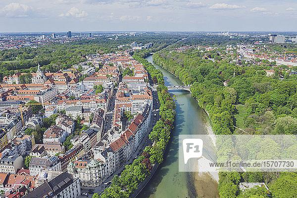 Deutschland  Bayern  München  Luftaufnahme der Isar und der Altstadt von München im Sommer