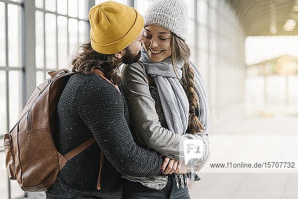 Glückliches  liebevolles junges Paar an einer U-Bahn-Station  Berlin  Deutschland
