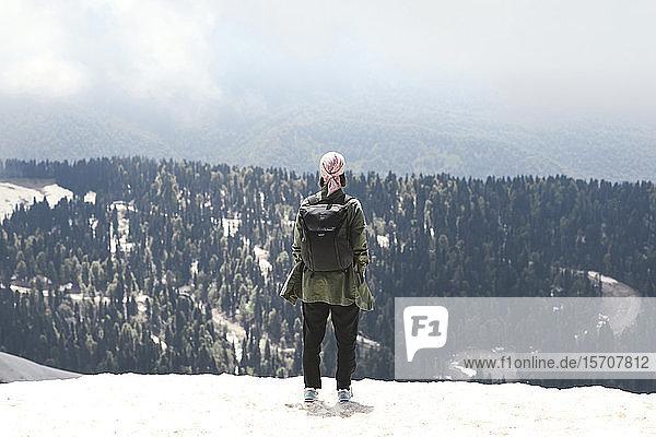 Frau mit Rucksack genießt Bergblick  Sotschi  Russland