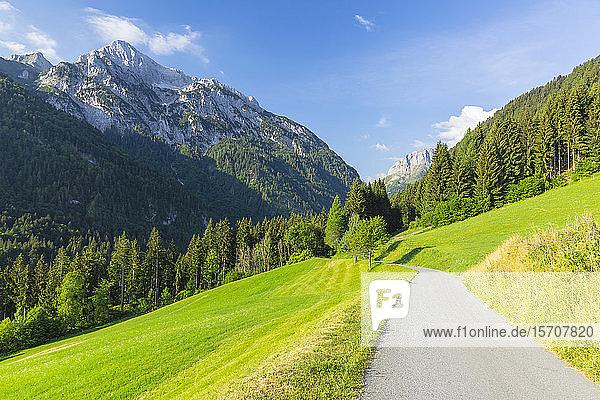 Österreich  Kärnten  Blick auf Gailtaler Polinik und leere Hangstraße im Sommer