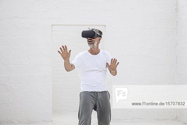 Reifer Mann entdeckt leeren Raum mit VR-Brille