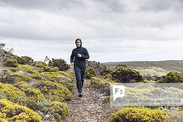 Mann joggt in ländlicher Umgebung  Cape Point  Western Cape  Südafrika