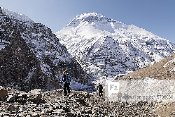 Trekkinggruppe am Chonbarden-Gletscher  Dhaulagiri 1  Dhaulagiri Circuit Trek  Himalaya  Nepal