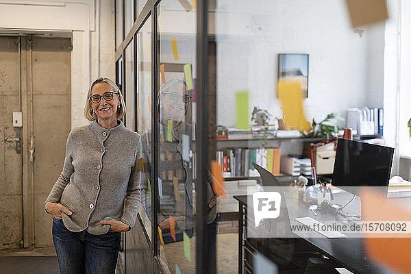Porträt einer lächelnden reifen Geschäftsfrau im Amt