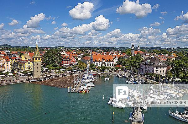 Deutschland  Schwaben  Lindau  Luftaufnahme der Stadt und des Bodensees