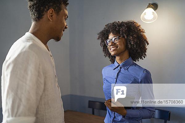 SchülerInnen diskutieren in einem Café über ein Projekt SchülerInnen diskutieren in einem Café über ein Projekt