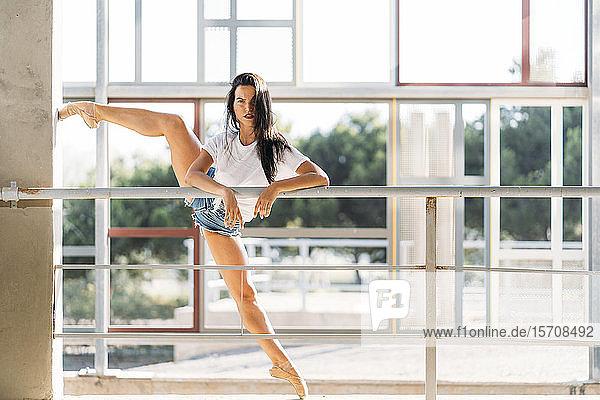 Tänzerin beim Üben an der Stange