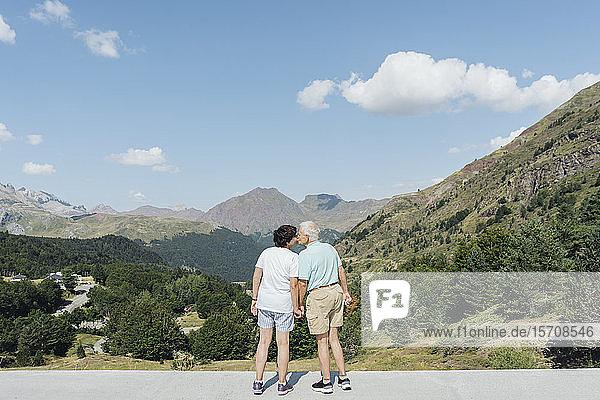 Rückenansicht eines sich küssenden älteren Paares  Jaca  Spanien