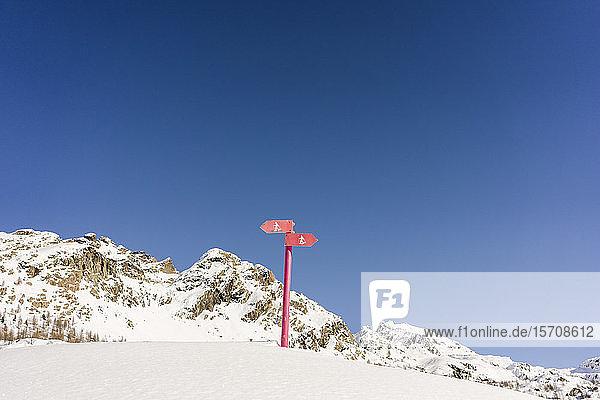 Schilder für Schneeschuh-Trails  Valmalenco  Italien
