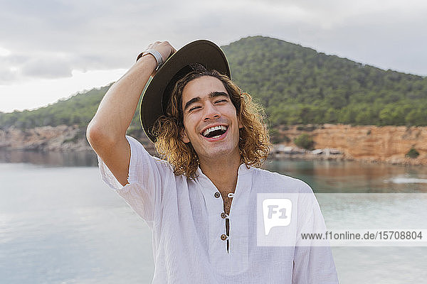 Porträt eines lachenden jungen Mannes  Ibiza  Balearen  Spanien
