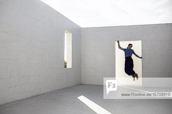 Geschäftsfrau springt vor Freude im leeren Raum