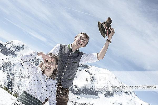 Glückliches Paar in den verschneiten Bergen  Bundesland Salzburg  Österreich