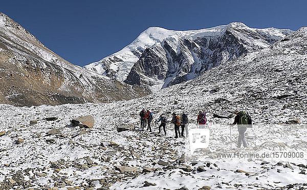 Trekkinggruppe am Chonbarden-Gletscher  Dhaulagiri Circuit Trek  Himalaya  Nepal