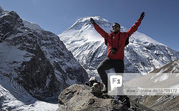Bergsteiger jubelt auf dem Gipfel des French Pass,  Dhaulagiri Circuit Trek,  Himalaya,  Nepal