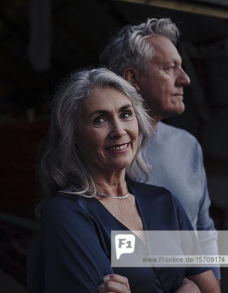 Porträt einer lächelnden reifen Frau mit einem älteren Ehemann