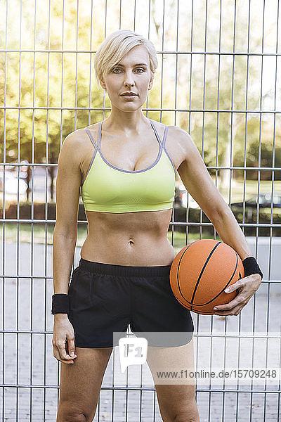 Blonde Frau mit Basketball in Köln  Deutschland
