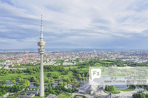 Deutschland  Bayern  München  Luftaufnahme des Olympiaparks und des Olympiaturms im Sommer