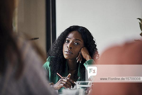 Porträt einer Geschäftsfrau während einer Sitzung im Amt