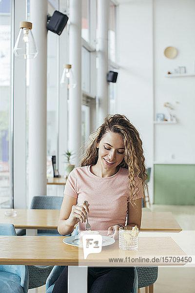 Junge Frau genießt ihren Kuchen